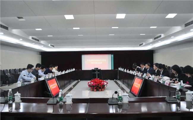 南京市科协副主席庄文辉、南京科技馆馆长张天宝及各部门负责人出席座谈会