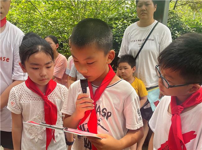 孩子们分享小英雄的故事